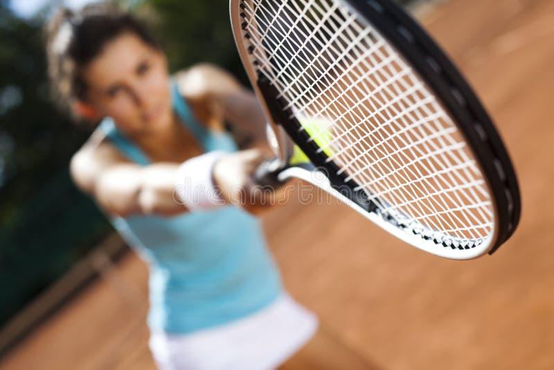 Spielen von Tennis stockfoto