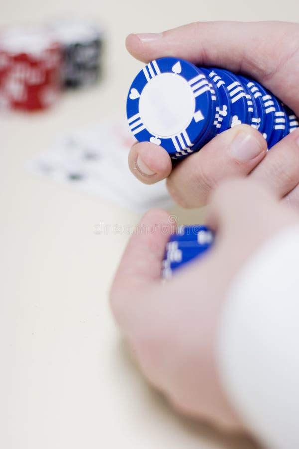 Spielende Chips der Mannholding lizenzfreie stockfotos