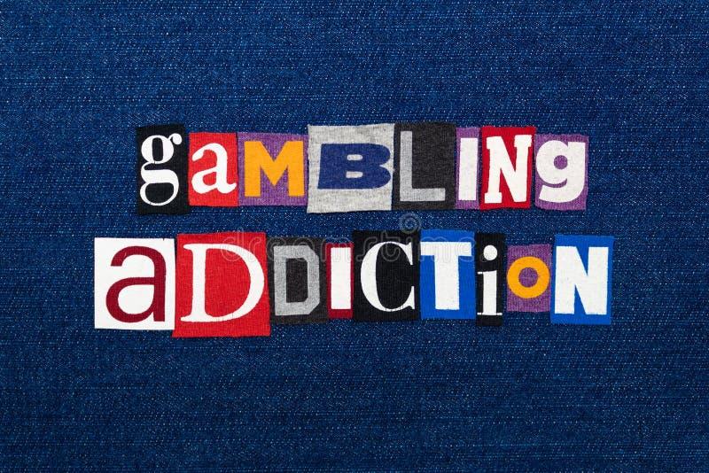 SPIELENDE SUCHT-Wort-Textcollage, multi farbiges Gewebe auf blauem Denim, spielendes Drängensuchtkonzept stockbilder