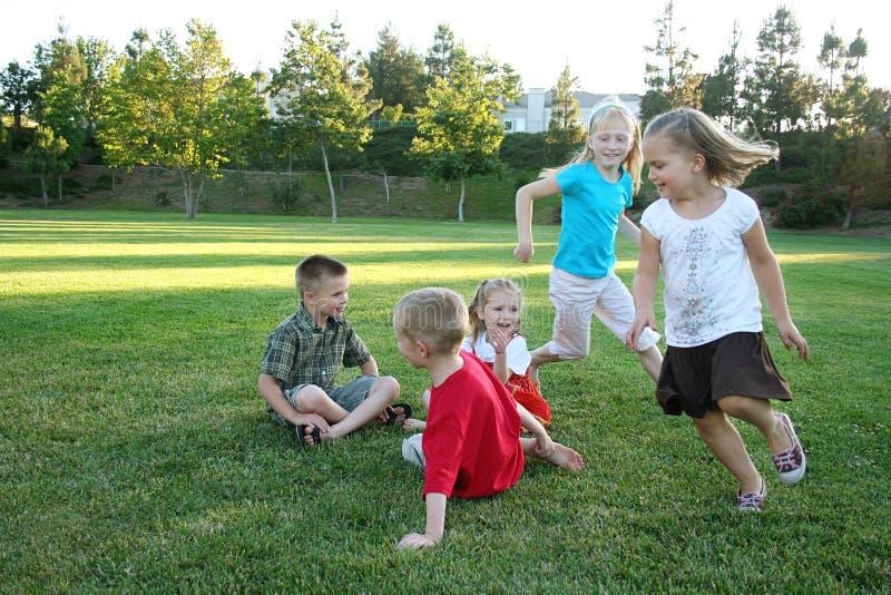 Spielende und laufende Jungen lizenzfreies stockfoto