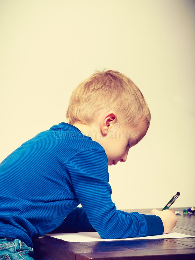 Spielendes Kind, zeichnende Bilder auf Papier lizenzfreie stockbilder