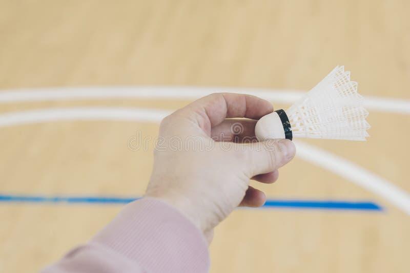 Spieler, der sich vorbereitet, Badminton zu spielen Halten des Federballs lizenzfreies stockfoto