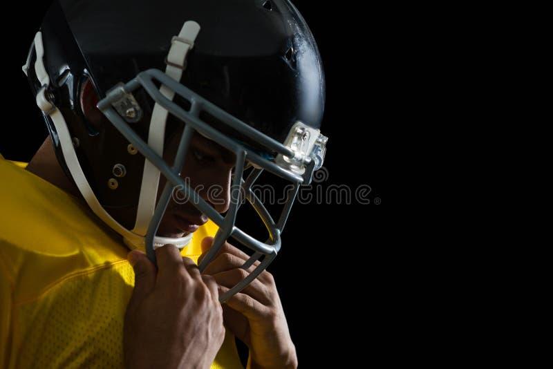 Spieler des amerikanischen Fußballs mit einem Hauptgang stockfotografie