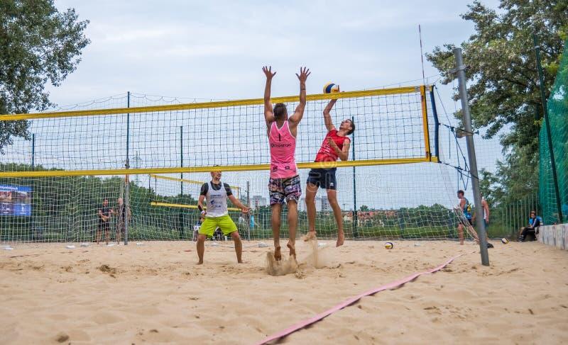 Spieler am Strand-Volleyball-Turnier stockbild