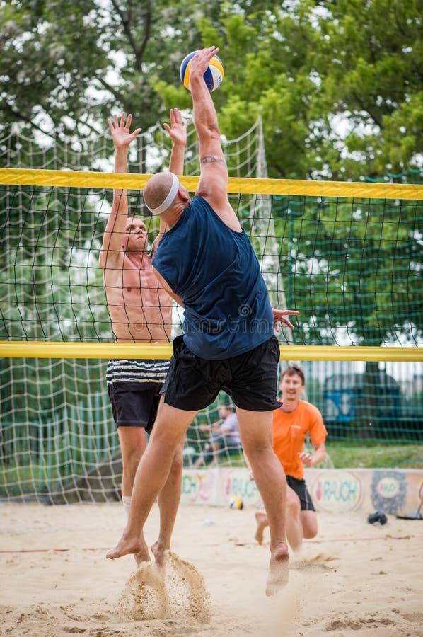 Spieler am Strand-Volleyball-Turnier stockfoto