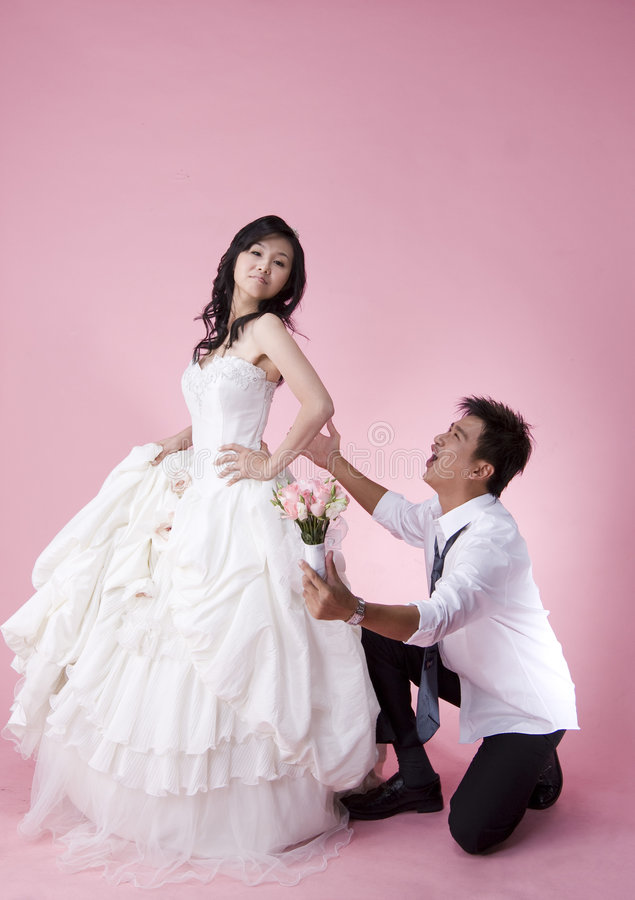 Spielerisch wed Paare 2 stockfotos
