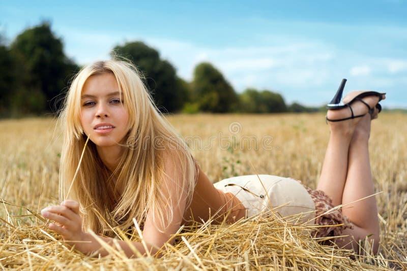 Spielerische Blondine stockfotos