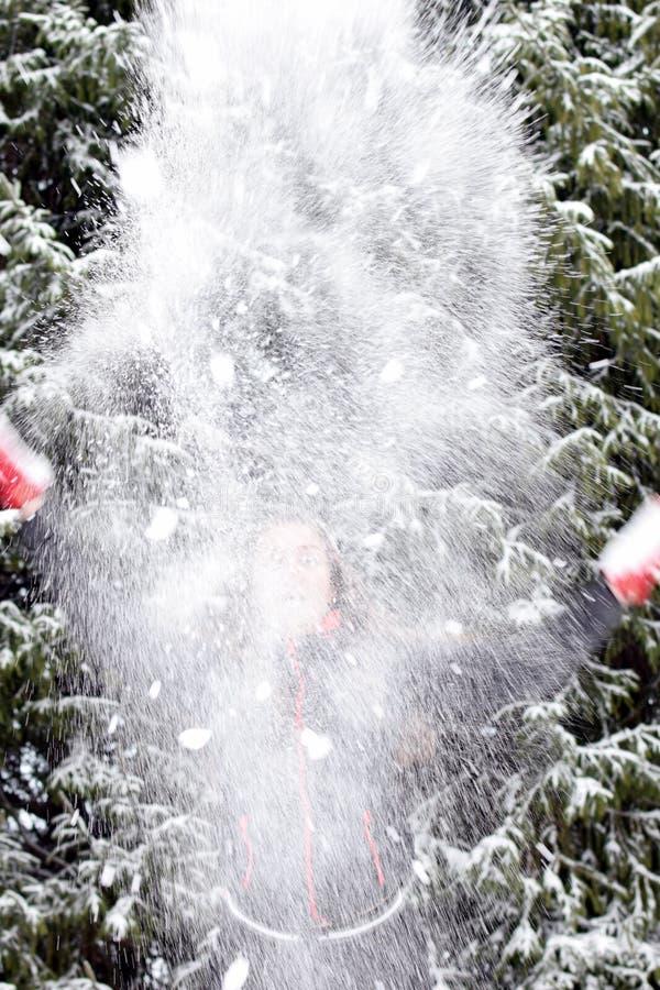 Spielerische junge Frau mit Schnee stockbilder