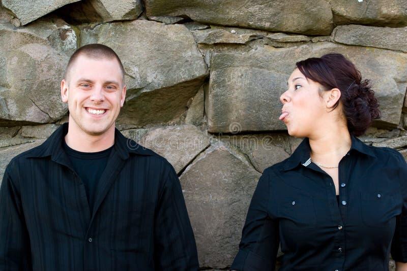 Spielerische junge Paare stockfotos