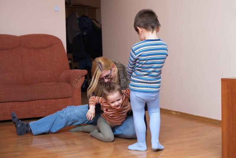 Spielerische Kinder und Frauenlachen lizenzfreie stockfotos