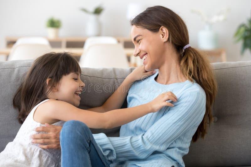 Spielerische Mutter und Tochter entspannen sich, Spa? habend zu Hause stockfotos