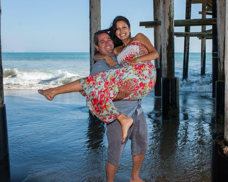 Spielerische Paare, die ein Lächeln teilen stockbilder