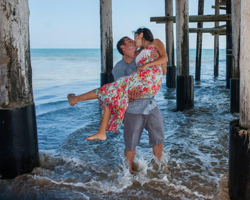 Spielerische Paare, die einen Kuss teilen stockfotos