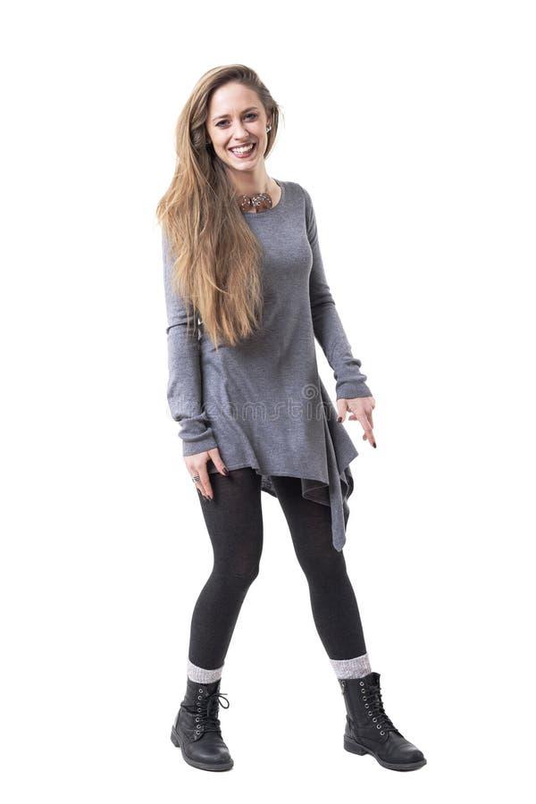 Spielerische sorglose junge lange Haarblondine, die Kamera lachen und betrachten lizenzfreie stockfotos