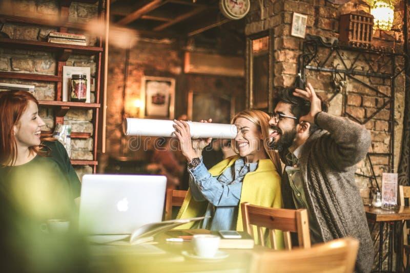 Spielerische Studenten am Café zusammen stockfotos