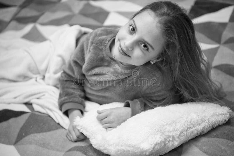Spielerisches entspannendes Baby Pyjamas und Schlafzimmergewebe Pyjamas und Kleidung f?r Haus M?dchenkleinkind tragen weiche nett stockbild