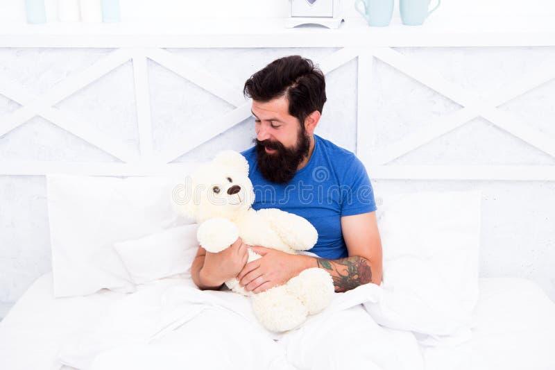 Spielerisches Erwachsenes Geräumig und romantisch Bartentoilette Valentinstag Man umarmt weiches Spielzeug und entspannt sich im  stockbild