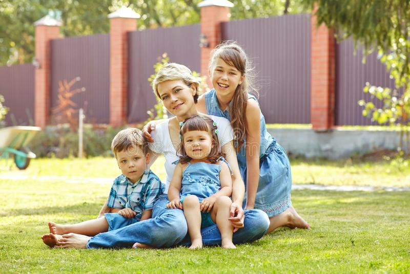 Spielerisches Familienfreien Mutter mit Kindern im Sommer Mutter und Kinder lizenzfreies stockbild