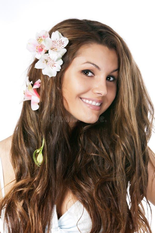 Spielerisches junges Mädchen mit Blumen im Haar stockbilder