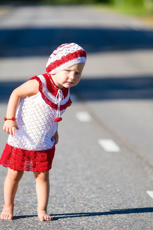 Spielerisches Kleinkindmädchen auf Straße stockbild