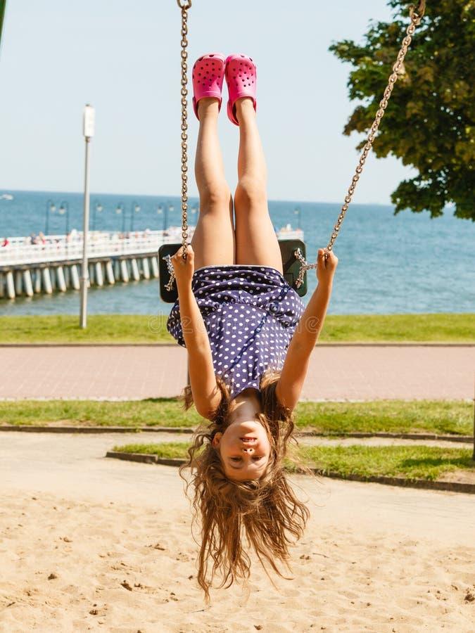 Spielerisches verrücktes Mädchen auf Schwingen stockfotografie