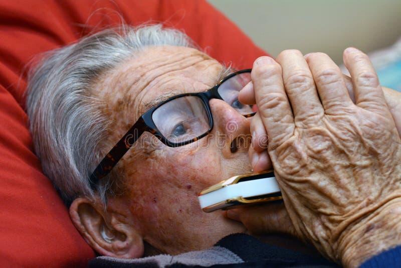 Spielharmonika des alten Mannes stockbilder