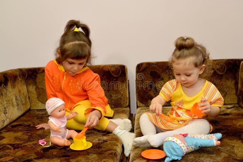 Spielhaus mit zwei kleinen Mädchen stockfoto