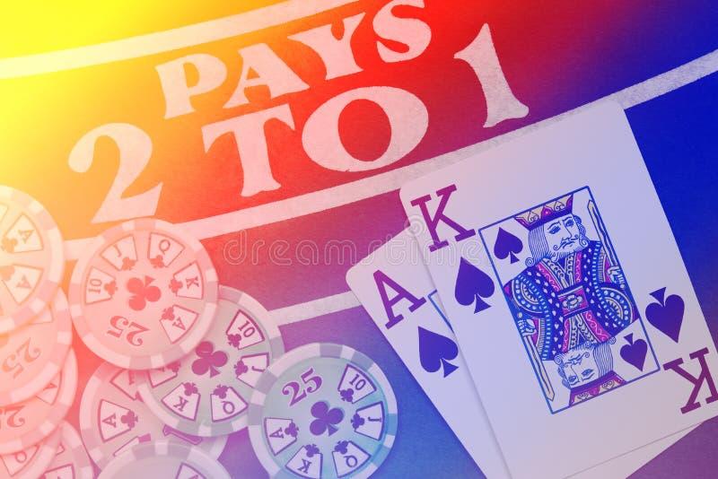 Spielkartehand des Blackjacks auf buntem Hintergrund mit Chips lizenzfreie stockfotografie