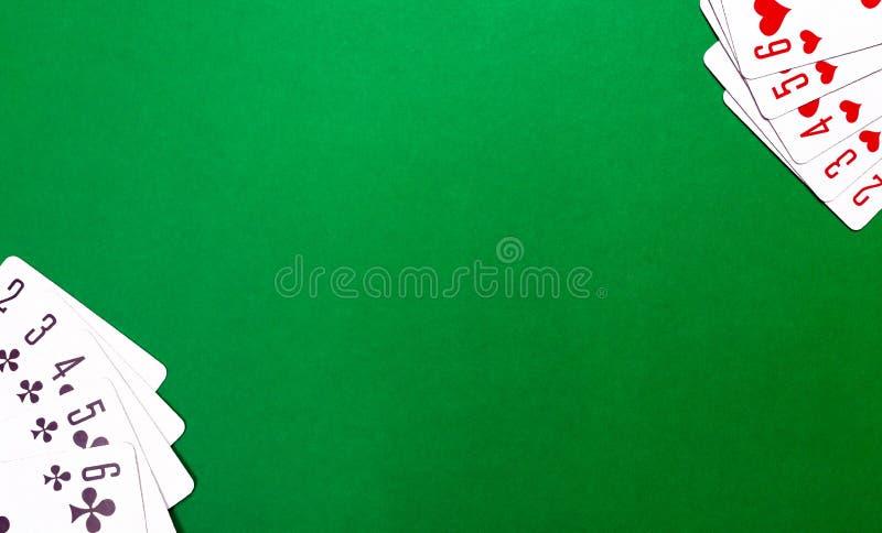 Spielkarten auf der grünen Tabelle im Kasino stockfotografie
