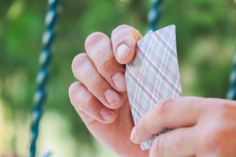 Spielkarten in den Händen der Männer, spielend, Spielkarten stockfotos