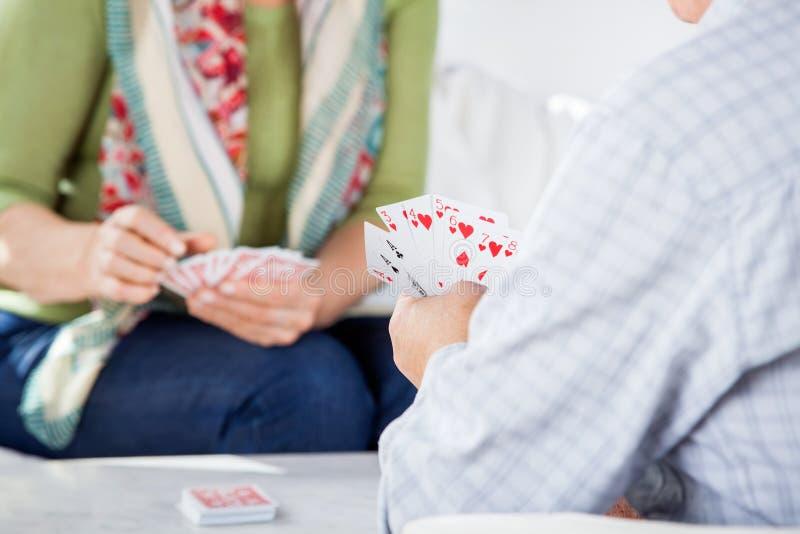 Spielkarten der älteren Paare stockfoto
