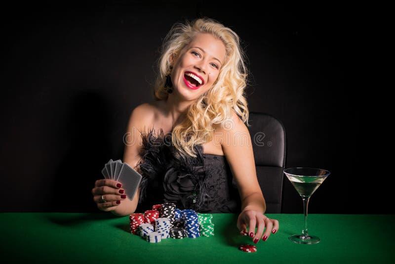 Spielkarten der aufgeregten und glücklichen Frau lizenzfreie stockfotografie