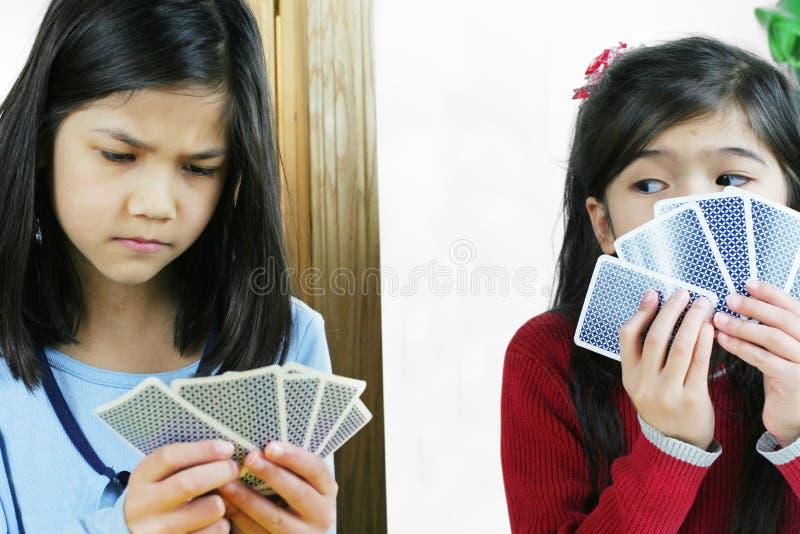 Spielkarten der Mädchen, man betrügt stockbild