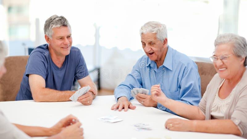 Spielkarten der Personen im Ruhestand zusammen lizenzfreie stockfotos