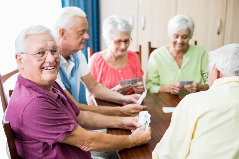 Spielkarten der Senioren zusammen stockfoto