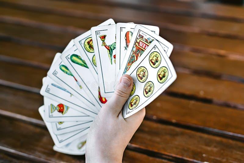 Spielkarten des spanischen Jungen Schließen Sie oben von den Händen Selektiver Fokus stockfoto