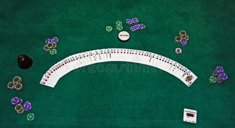 Spielkarten und Chips auf einer Tabelle stockfoto