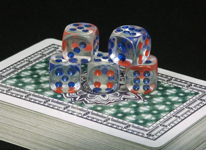 Spielkarten und Knochen