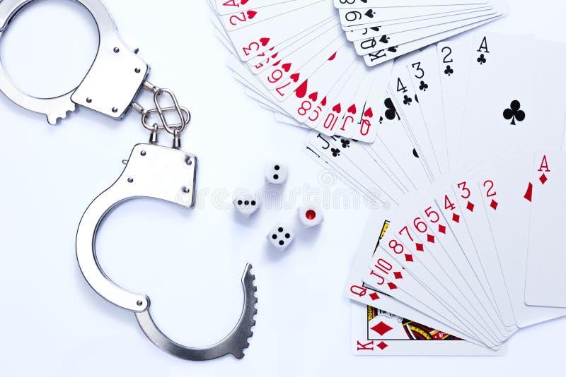 Spielkarten, würfelt und Handschelle stockfoto