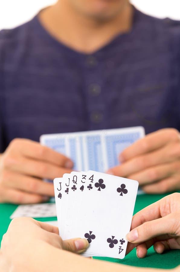 Spielkartenahaufnahme von den Händen, die Plattform halten lizenzfreies stockbild