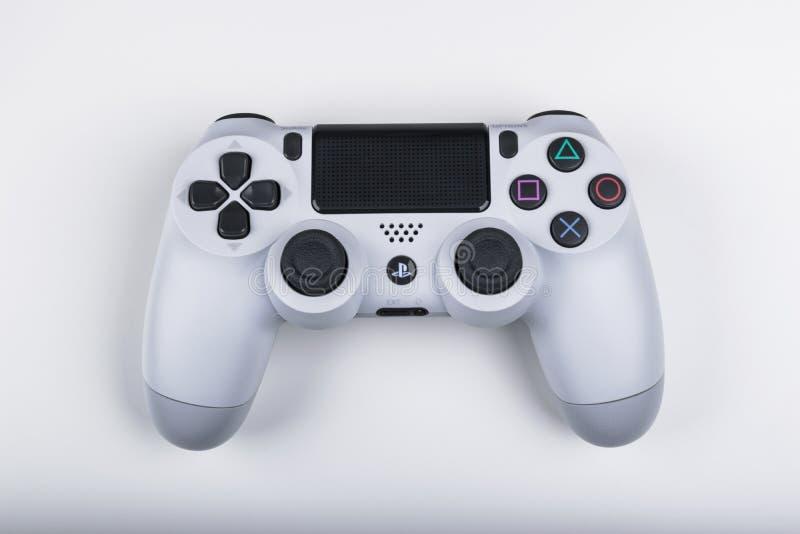 Spielkonsole Sony PlayStations 4 mit einem Steuerknüppel dualshock 4 auf weißem Hintergrund, Heimvideospielkonsole stockfoto