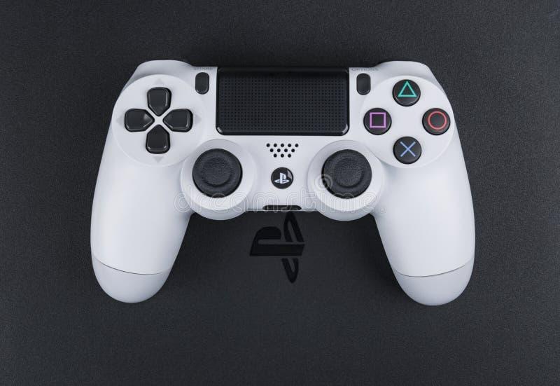 Spielkonsole Sony PlayStations 4 mit einem Steuerknüppel dualshock 4 auf weißem Hintergrund, Heimvideospielkonsole stockfotos