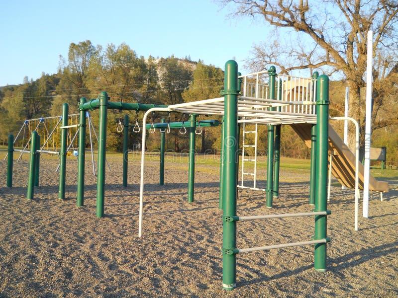 Spielplatz-Ausrüstung der Kinder stockfotos