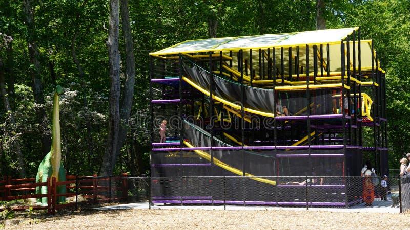 Spielplatz am Dinosaurier-Platz in Connecticut lizenzfreie stockbilder