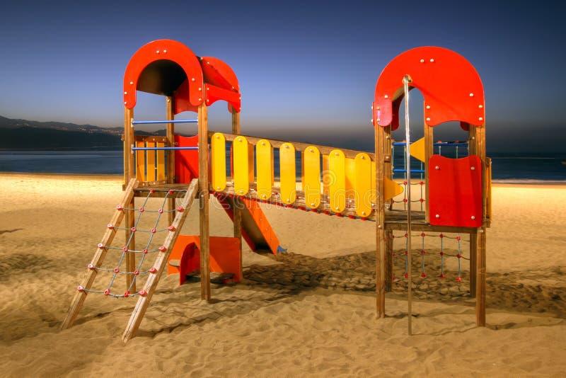 Spielplatz durch den Strand lizenzfreie stockbilder