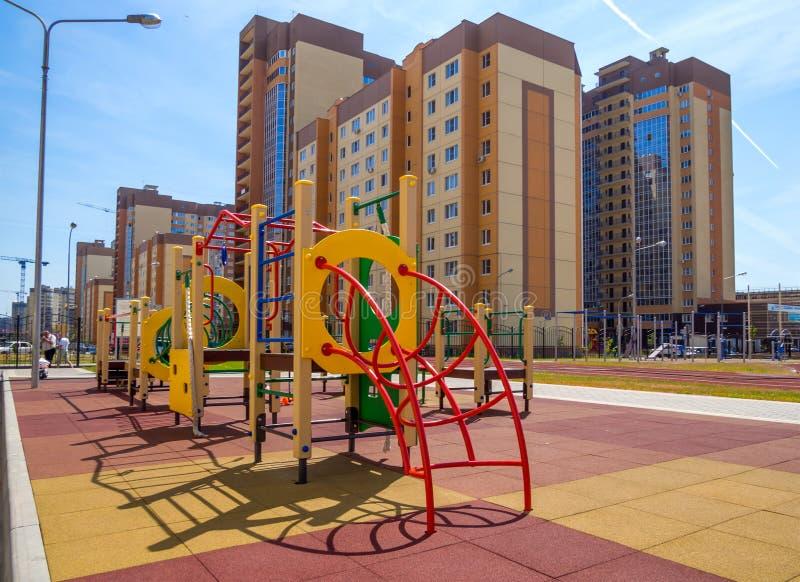 Spielplatz am neuen Wohnkomplex in der Stadt von Voronezh stockbild