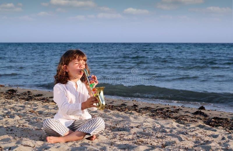 Spielsaxophon des kleinen Mädchens lizenzfreie stockfotografie