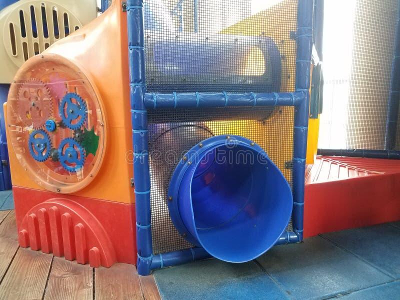 Spielstruktur mit Filetarbeit und blauem Plastikdia stockfotografie