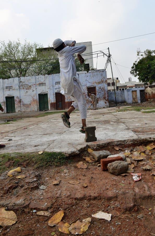 Spielt der nationale Sport in Indien Kricket lizenzfreie stockbilder