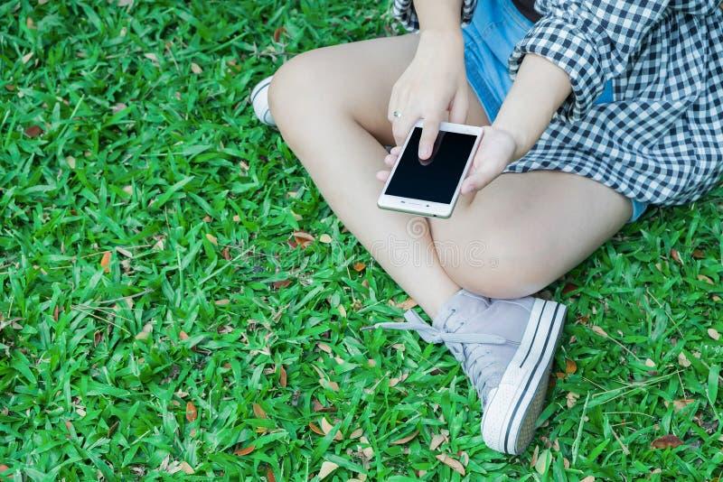 Spielt Frauen Handy stockbild